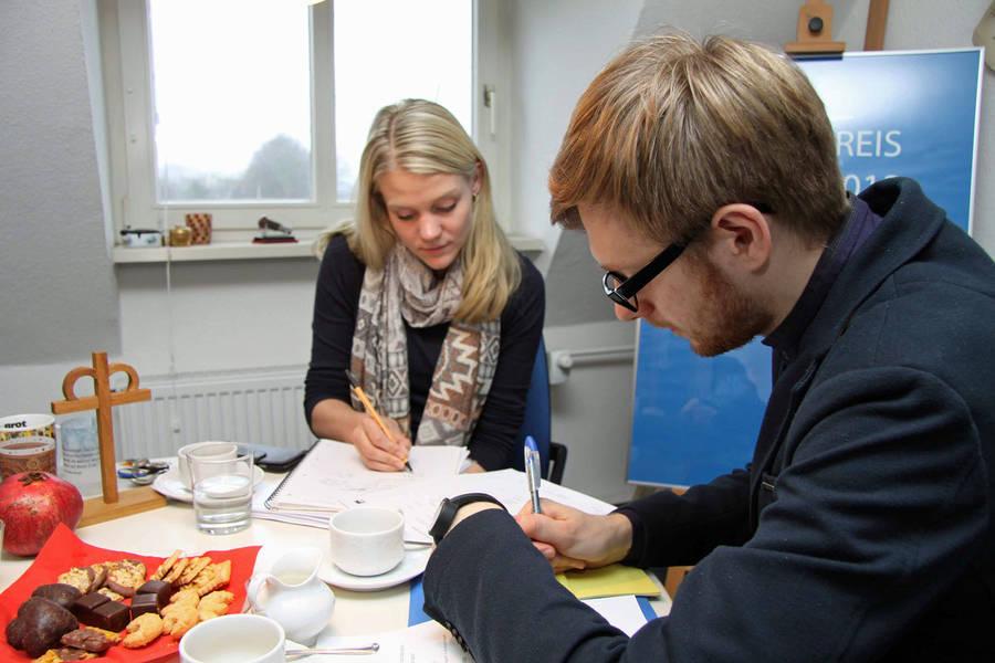 Ann-Christin Hasselmann und Pastor Oskars Smolaks. Fotos: Henze