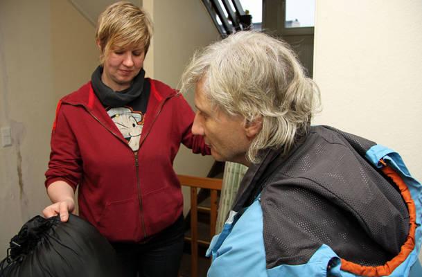 Michaela Ketelsen, Leiterin des Tagestreffs für wohnungslose Männer in Flensburg, übergibt einen Schlafsack