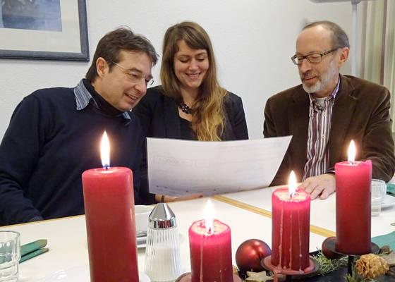 Scheckübergabe (von links): Ulrich Kaminski (Diakonie im Kirchenkreis Rendsburg-Eckernförde), Ilona Pabjanczyk und Bernd Hannemann (beide Diakonisches Werk Schleswig-Holstein)