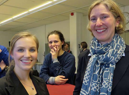 Lena Heutmann (li), Studentin der Wirtschaftsinformatik und Liza Bitterling von der Meesenburg OHG. Foto: Wieber