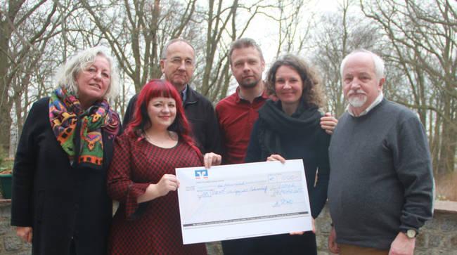 Stiftung hilft: Scheckübergabe an das Jugentheater der Schule am Park in Greifswald. Foto: AnStiftung MV