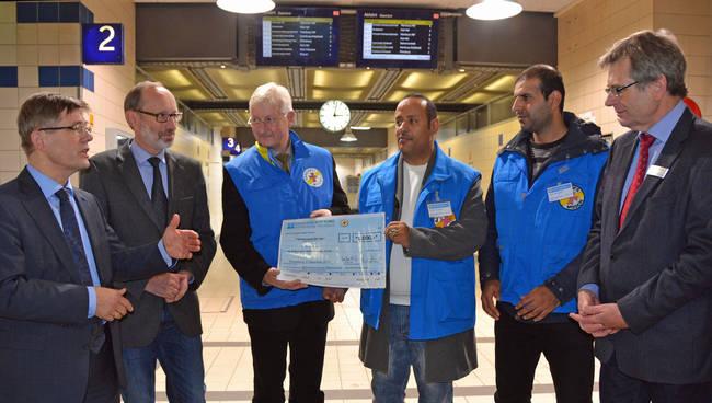 Unterstützung für die Bahnhofsmission (von links): Landespastor Heiko Naß; Stiftungsvorstand Bernd Hannemann; Gert Rathje, Ltr. Bahnhofsmission und Heinrich Deicke (rechts). Foto: Diako/Keller