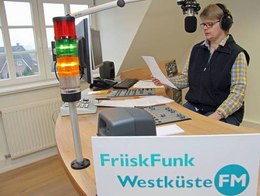 """Moderatorin Meike Arfsten-Jürgensen ist täglich """"on air"""". Foto: Henze"""