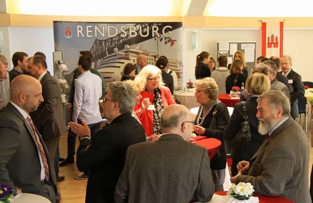 Empfang im Kulturzentrum: Honoratioren meet Deutschland-Stipendiaten. Foto: Henze