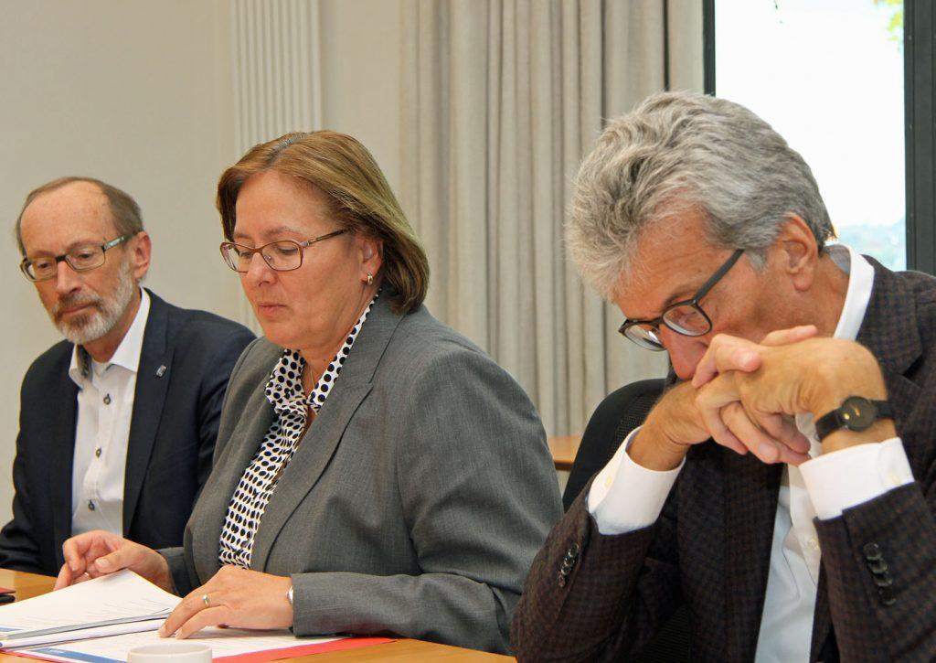 Innenstaatssekretärin Manuela Söller-Winkler leitet die Jurysitzung. Bernd Hannemann (links) vom Diakonischen Werk Schleswig-Holstein und Michael Haukohl, Stifter aus Lübeck sind ebenfalls Jury-Mitglieder. Fotos: Henze