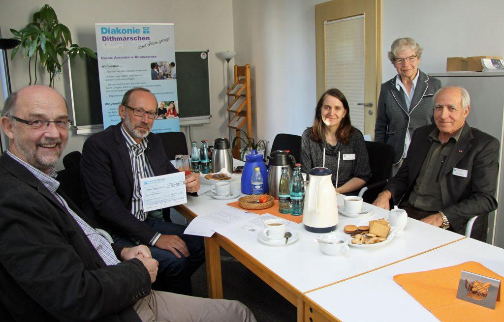 Scheck-Übergabe (von links): Gerhard Wiekhorst, Bernd Hannemann, Anja Döhren, Gisela Frühbrodt und Viktor Schmidt. Fotos: Henze