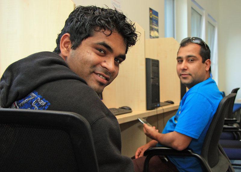 Pereira Eldrin Paul und Dahal Sagar nutzen die Seafarer Lounge in Kiel um Kontakt mit den Familien zu halten.