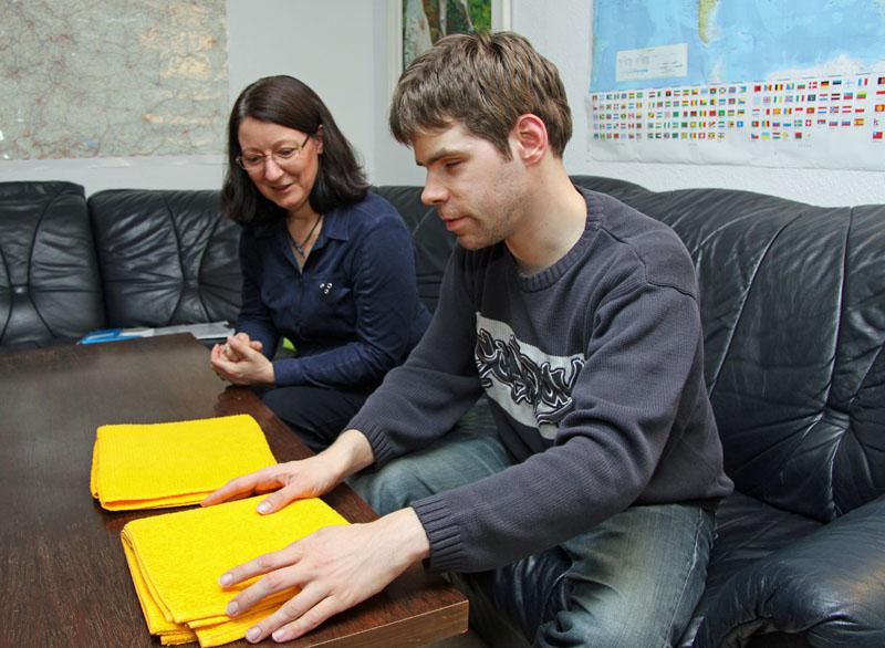 Den Alltag auch mit Sehbehinderung oder Erblindung alleine organisieren können: Trainerin Iris Schumann und Thorsten Graf