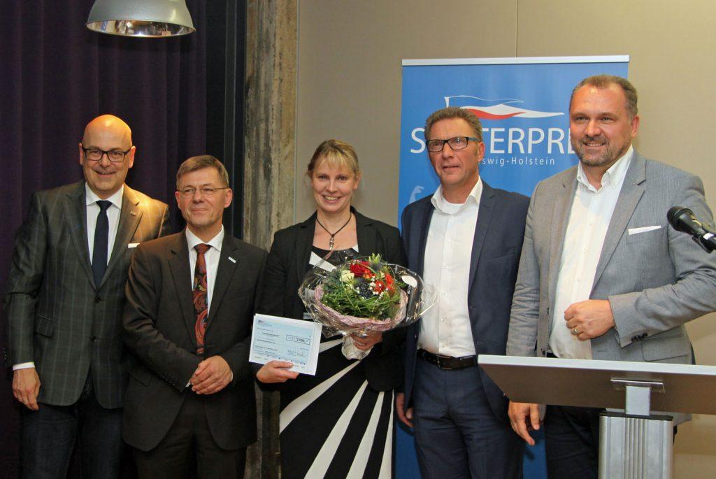 Die dritten Sieger (von links): Ministerpräsident Torsten Albig und Landespastor Heiko Naß gemeinsam mit Anja Spliessgardt, Klaus Pommrehn und Georg Schäfer von der Bürgerstiftung Nortorfer Land.