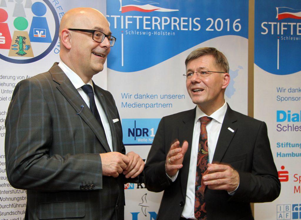 Ministerpräsident Torsten Albig und Landespastor Heiko Naß nahmen die Siegerehrung vor.